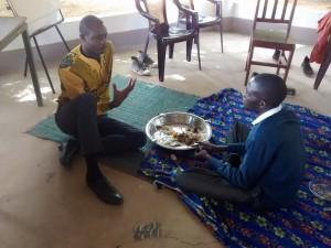 I membri della Community che discutono durante la pausa pranzo