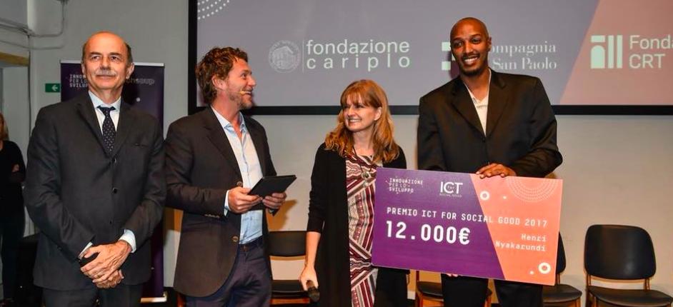 La premiazione di Henry Nyakarundi, vincitore ICT for Social Good
