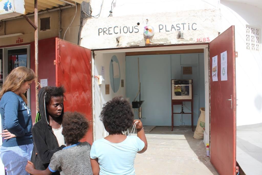 Questa immagine ha l'attributo alt vuoto; il nome del file è Precious-Plastic-Dakar.jpg